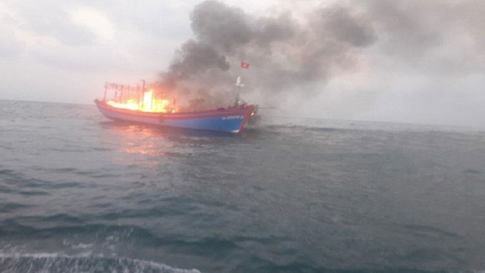 Quảng Trị: Cứu kịp thời 7 ngư dân Nghệ An trên tàu cá bị cháy